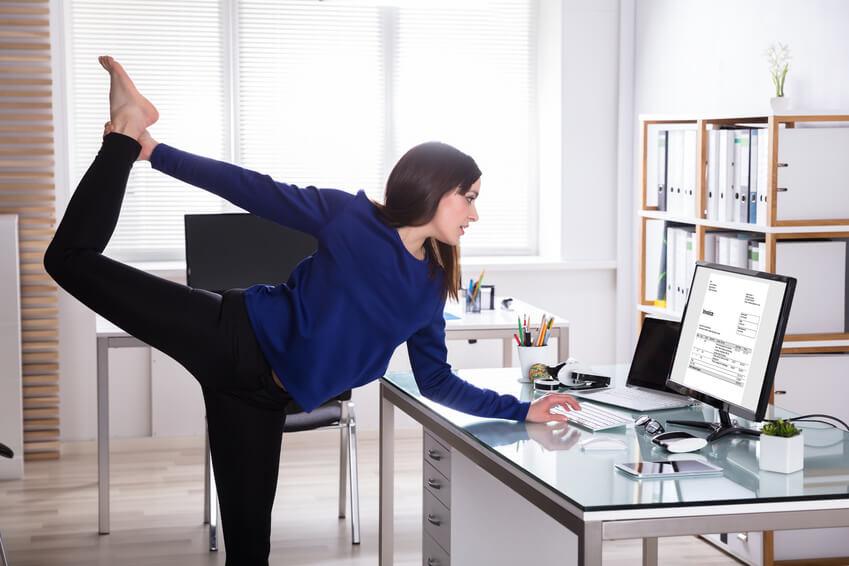 Fotolia 200479217 S - 【眼精疲労にも】オフィスで目立たずこっそりスッキリ!密かにできる肩こり解消ストレッチ