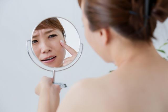 .jpg - 日焼けしていなくてもシミ・シワ・たるみの原因に!?ブルーライトの肌への影響と対策方法